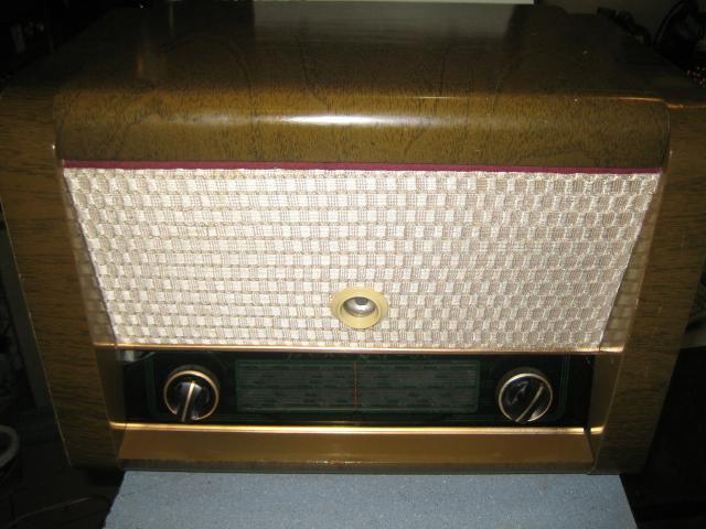 Ламповая радиола отечественного производства,радио СВ-ДВ-КВ,работает,проигрыватель требует замены иглы.Общее...